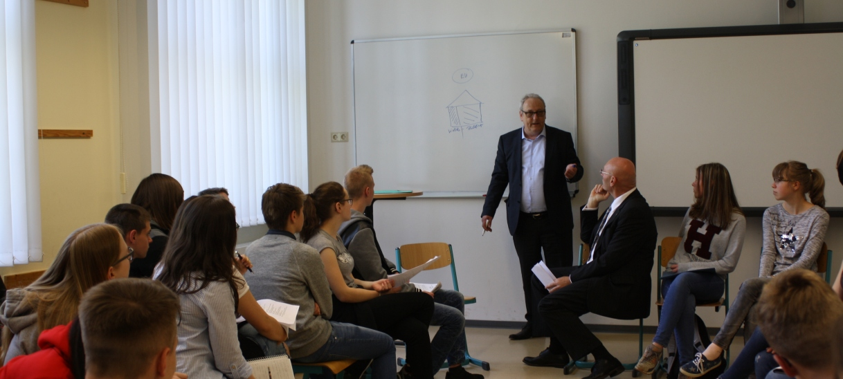 Schüler diskutieren mit Abgeordneten überEuropa